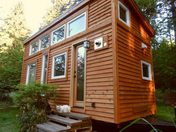 Une tiny house en bois sur deux étages