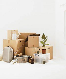 Tas de cartons pour un déménagement écologique