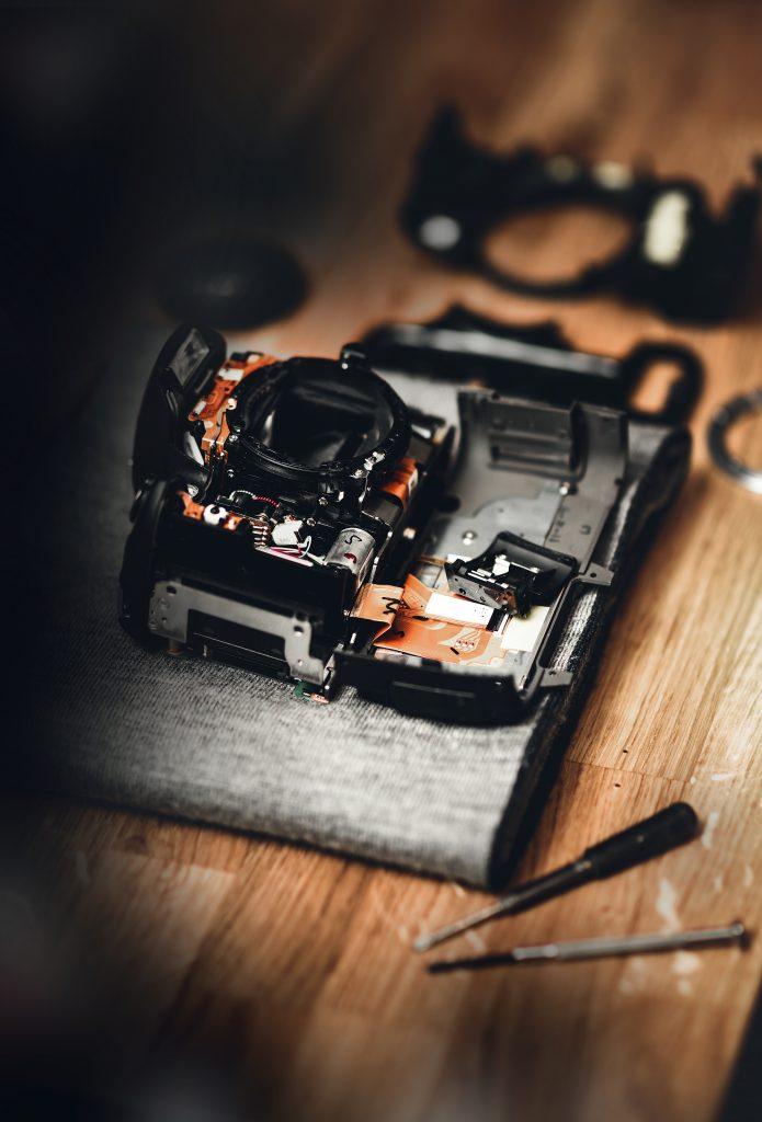Un appareil photo desossé en train d'être réparé