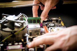 un equipement informatique ouvert pour réparation