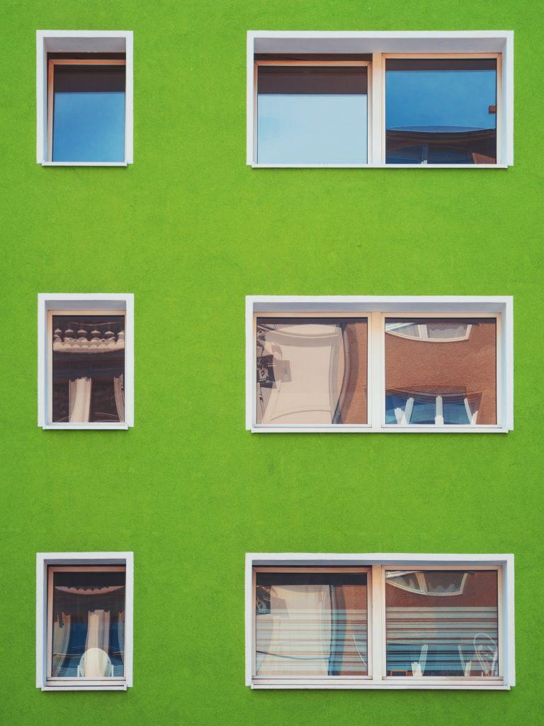 Un eimmeible vert avec des fenêtres