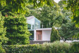 Une maison moderne et cubique dans la nature