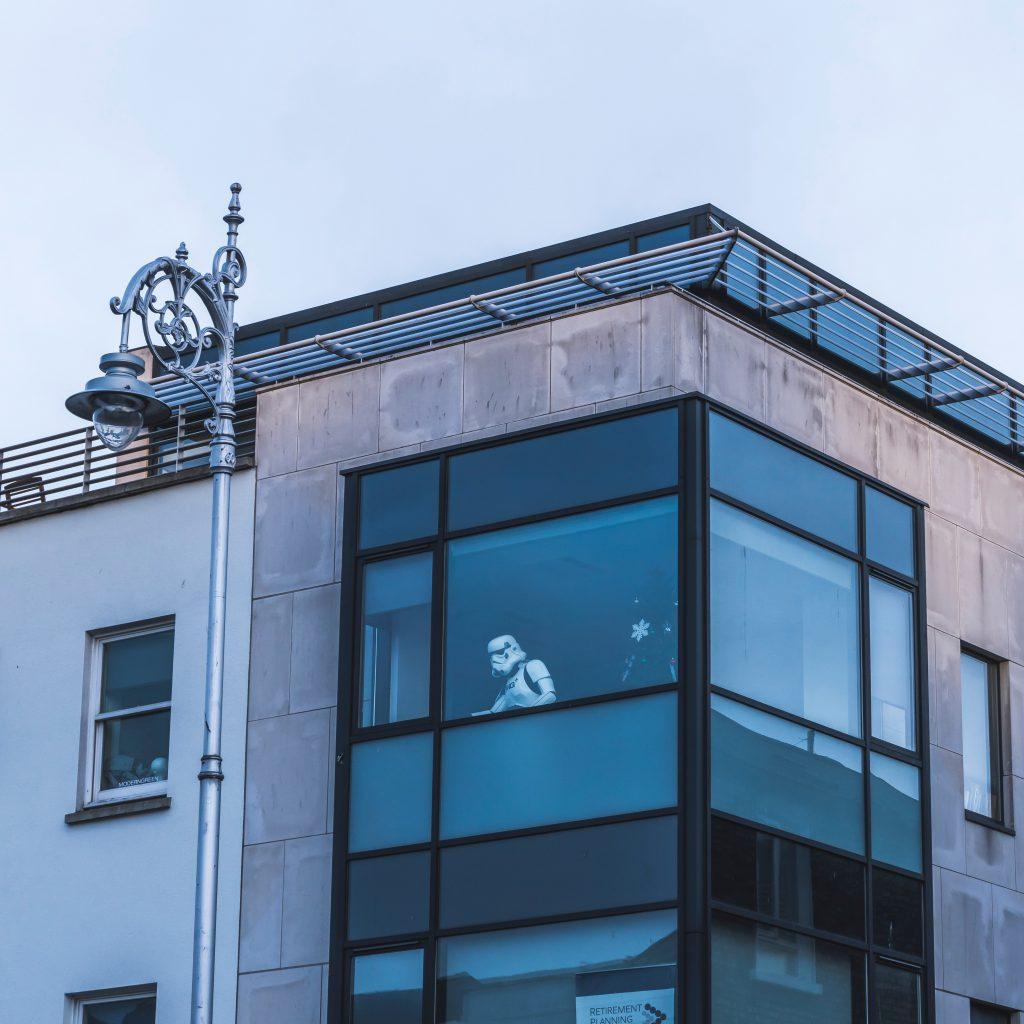 Une maison moderne avec un stromtropper derrière la fenêtre