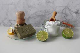 Savon à l'huile d'olive à côté d'un bocal en verre qui contient du bicarbonate de soude